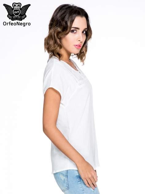 Biała bluzka koszulowa z haftem i ażurowaniem przy dekolcie                                  zdj.                                  3