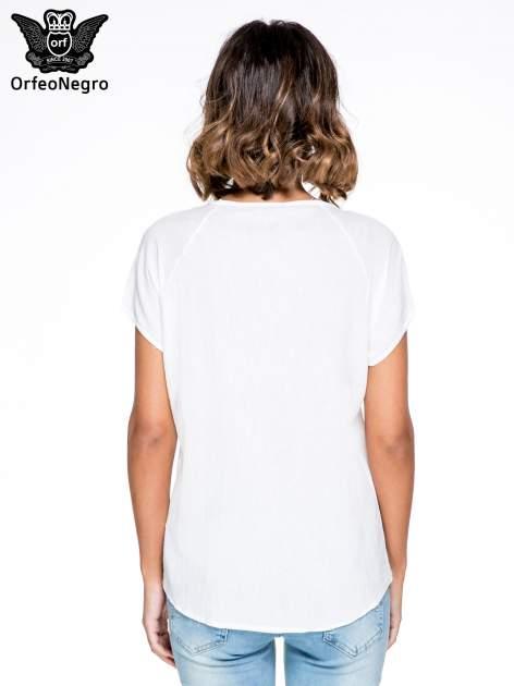 Biała bluzka koszulowa z haftem i ażurowaniem przy dekolcie                                  zdj.                                  4