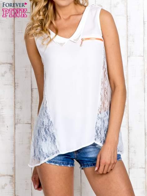 Biała bluzka koszulowa z koronkowymi wstawkami na bokach                                  zdj.                                  1