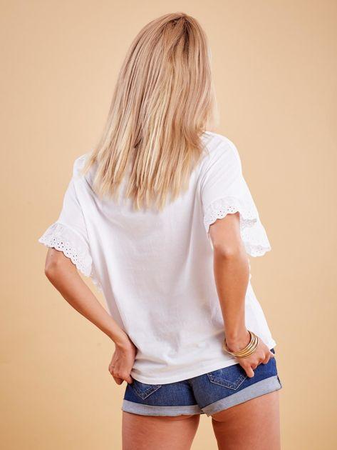 Biała bluzka o luźnym kroju z falbankami na rękawach                              zdj.                              2