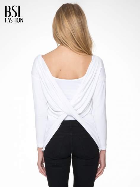 Biała bluzka z kopertowym dekoltem na plecach                                  zdj.                                  4
