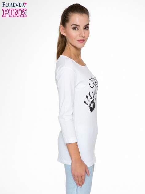 Biała bluzka z nadrukiem ODDAM W DOBRE RĘCE                                  zdj.                                  3