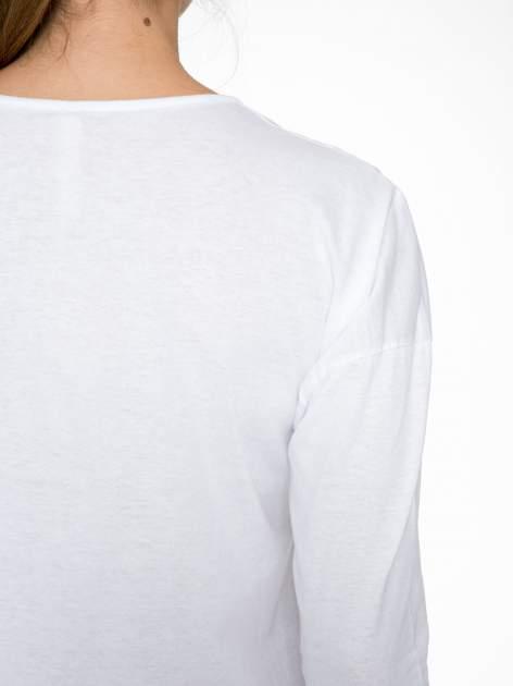 Biała bluzka z nadrukiem kwiatowym i napisem BEAUTY                                  zdj.                                  9