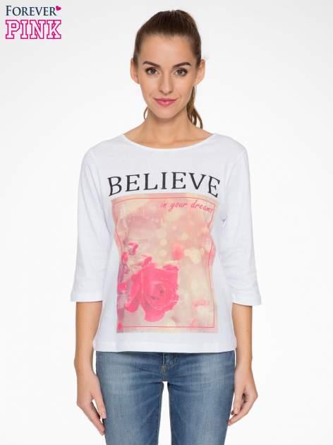 Biała bluzka z nadrukiem róży i napisem BELIEVE