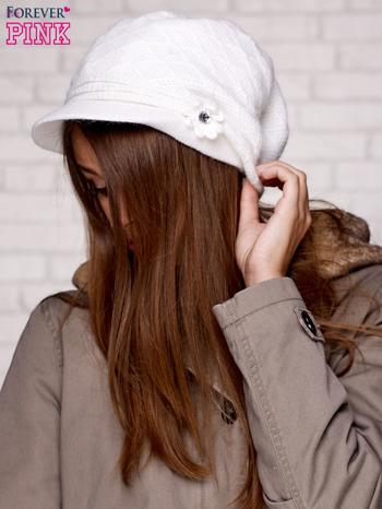 Biała czapka z daszkiem i ozdobnym kwiatkiem                                  zdj.                                  2