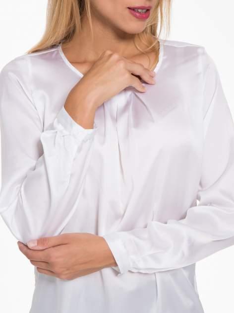 Biała elegancka atłasowa koszula z zakładkami przy dekolcie                                  zdj.                                  6