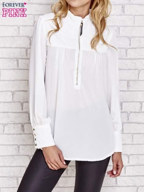 Biała elegancka koszula z pikowanymi wstawkami i suwakiem                                  zdj.                                  1