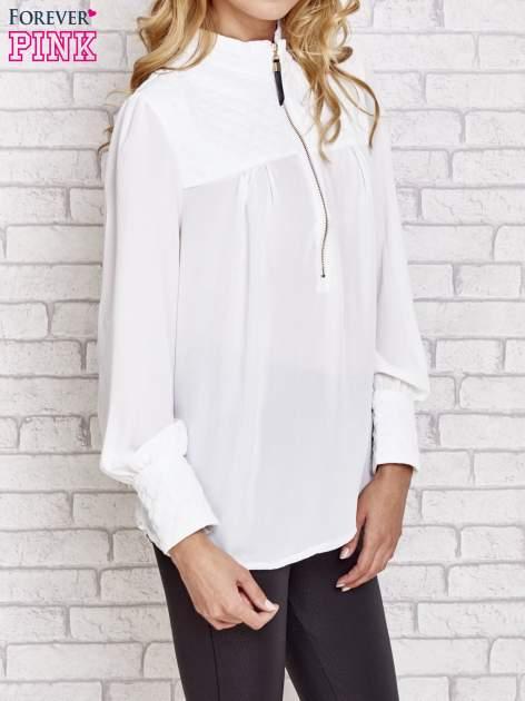 Biała elegancka koszula z pikowanymi wstawkami i suwakiem                                  zdj.                                  3