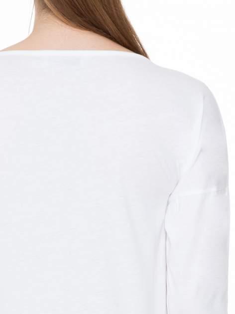 Biała gładka bluzka z ozdobnymi przeszyciami                                  zdj.                                  7
