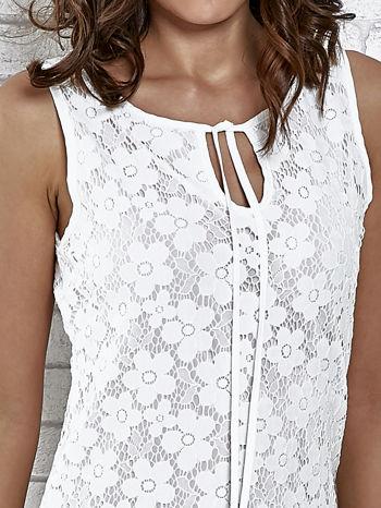 Biała koronkowa sukienka z wiązaniem przy dekolcie                                  zdj.                                  5