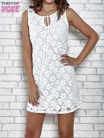 Biała koronkowa sukienka z wiązaniem przy dekolcie                                  zdj.                                  1