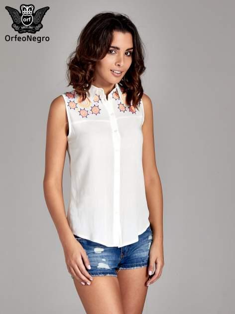 Biała koszula bez rękawów z kolorowym haftem na górze                                  zdj.                                  1