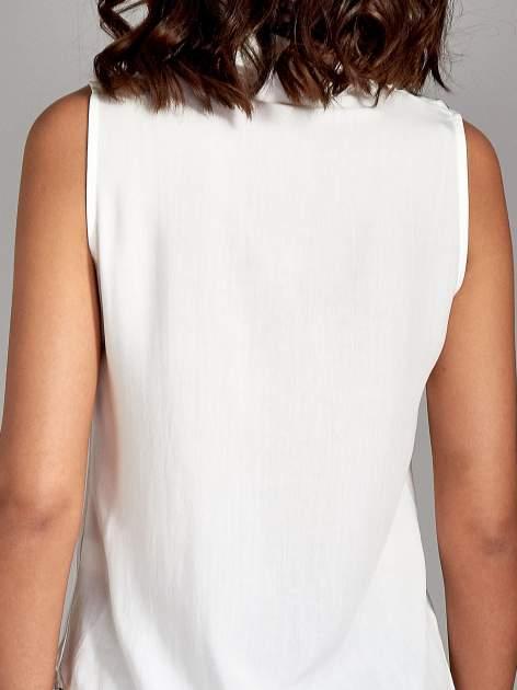 Biała koszula bez rękawów z kolorowym haftem na górze                                  zdj.                                  6