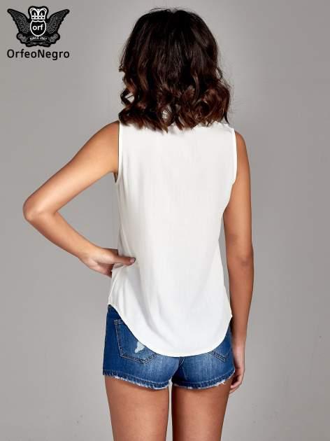 Biała koszula bez rękawów z kolorowym haftem na górze                                  zdj.                                  4