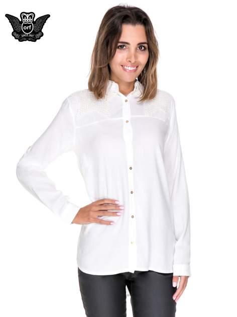 Biała koszula z aplikacją gwiazd na ramionach