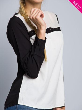 Biała koszula z kontrastowymi rękawami i czarnym pasem z przodu ozdobionym dżetami                                  zdj.                                  4