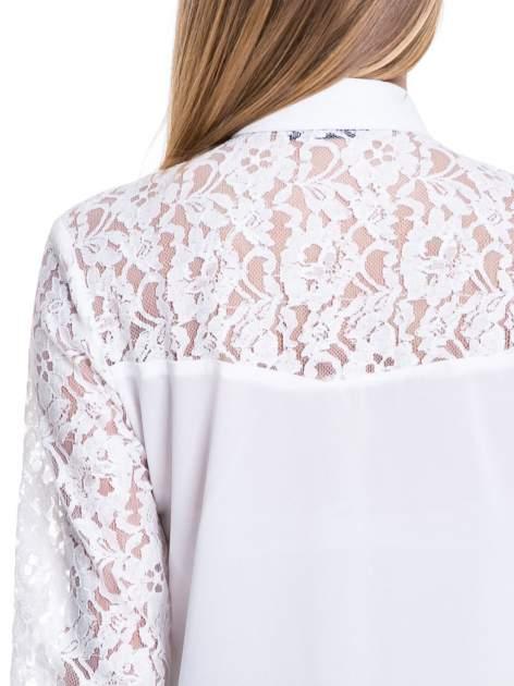 Biała koszula z koronkową górą i rękawami                                  zdj.                                  6