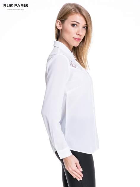 Biała koszula z koronkową wstawką na górze                                  zdj.                                  3