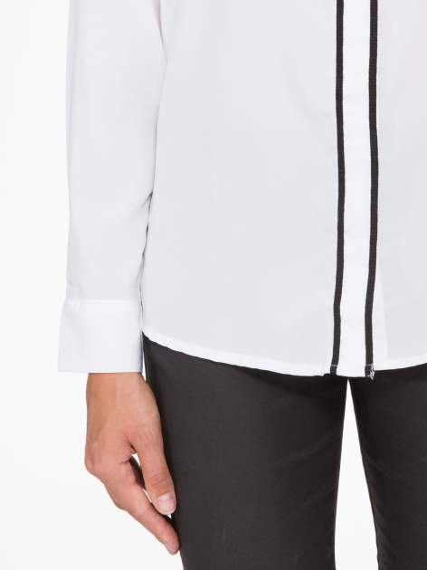 Biała koszula z małym kołnierzykiem i kontrastowym obszyciem                                  zdj.                                  7