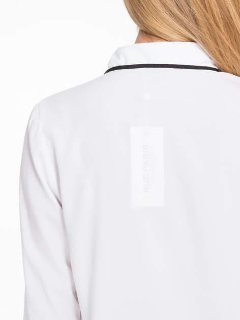 Biała koszula z małym kołnierzykiem i kontrastowym obszyciem                                  zdj.                                  9
