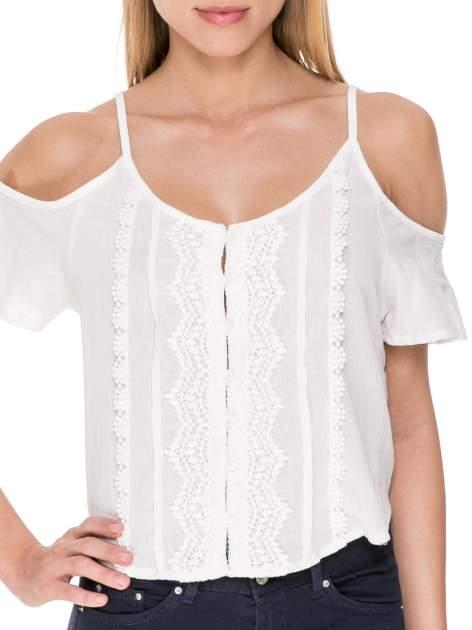 Biała koszula z odkrytymi ramionami i haftem                                  zdj.                                  5