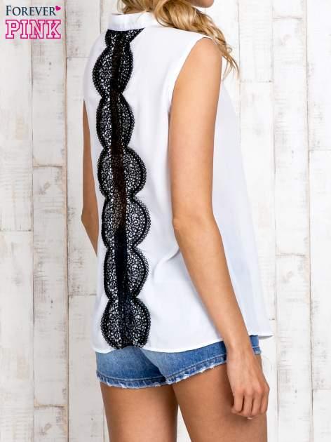 Biała koszula z suwakiem i ażurową aplikacją na plecach                                  zdj.                                  3