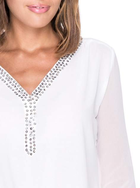 Biała koszula z transparentnymi rękawami i dżetami przy dekolcie                                  zdj.                                  9
