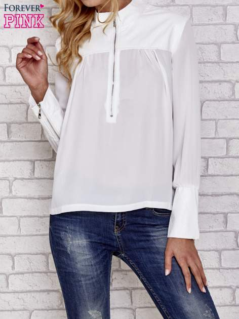 Biała koszula ze skórzanymi pikowanymi wstawkami                                  zdj.                                  1