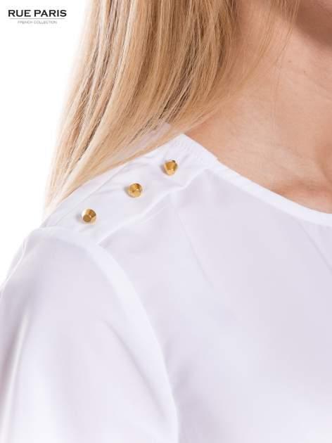 Biała koszula ze złotymi ćwiekami na ramionach                                  zdj.                                  4