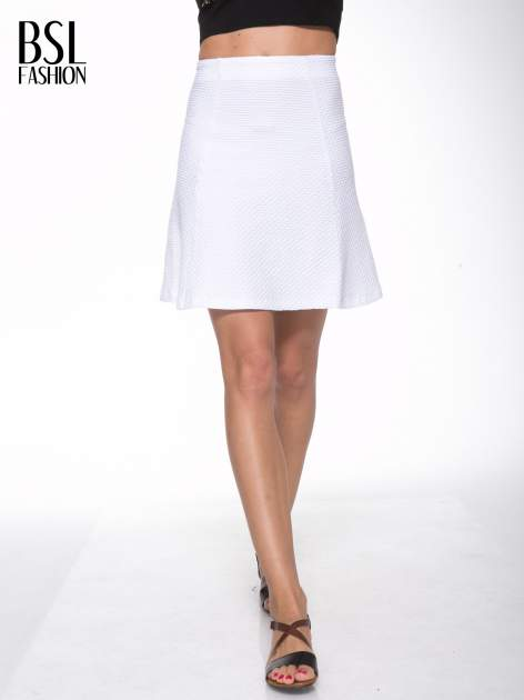 Biała mini spódnica skater z fakturą