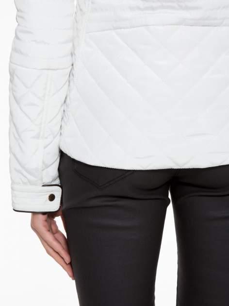 Biała pikowana kurtka ze skórzaną lamówką                                  zdj.                                  8