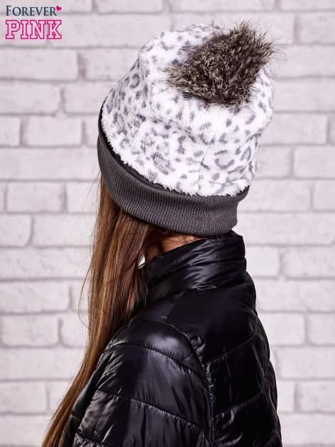 Biała pluszowa czapka w panterkę z futrzanym pomponem                                  zdj.                                  3