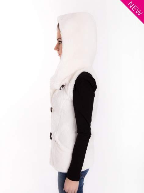 Biała pluszowa kamizelka z kapturem zapinana na kołki                                  zdj.                                  9