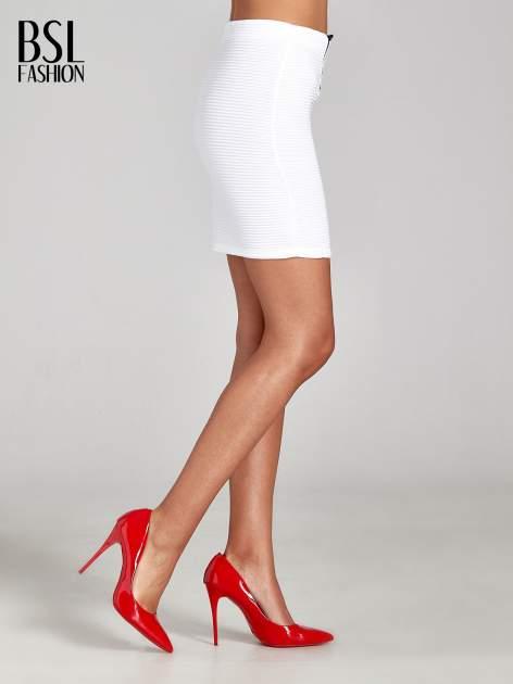 Biała prążkowana mini spódnica tuba z suwakami                                  zdj.                                  3