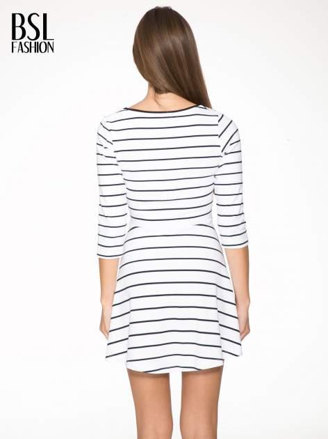 Biała rozkloszowana sukienka w paski                                  zdj.                                  4