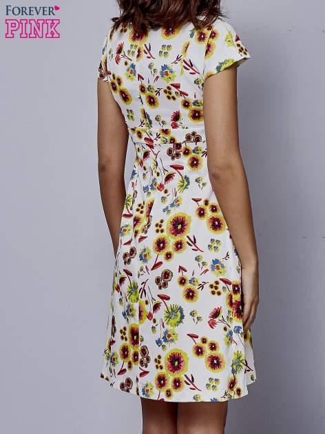 Biała rozkloszowana sukienka z krótkim rękawem w czerwone kwiaty                                  zdj.                                  4