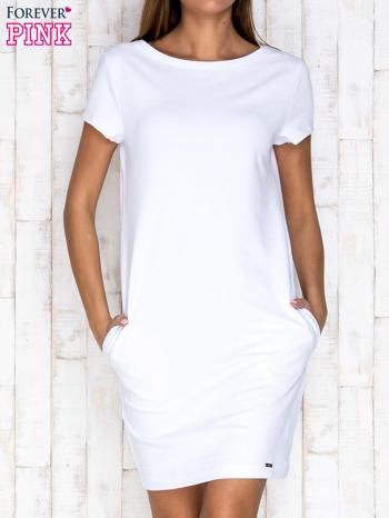 Biała sukienka dresowa z kieszeniami