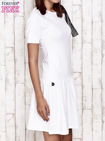 Biała sukienka dresowa z kokardą z tiulu                                  zdj.                                  3