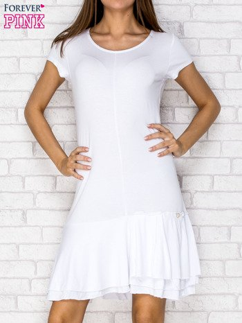 Biała sukienka dresowa z ozdobną falbaną                                  zdj.                                  1