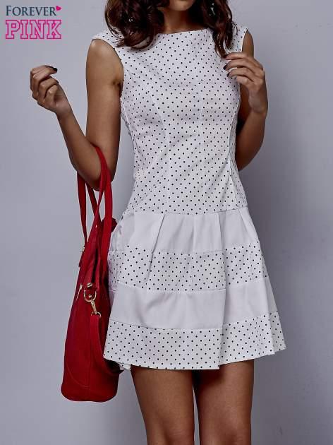 Biała sukienka w groszki z kontrafałdami                                  zdj.                                  1