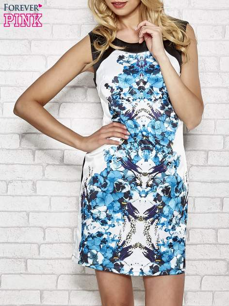 Biała sukienka z niebieskim nadrukiem kwiatowym z dżetami
