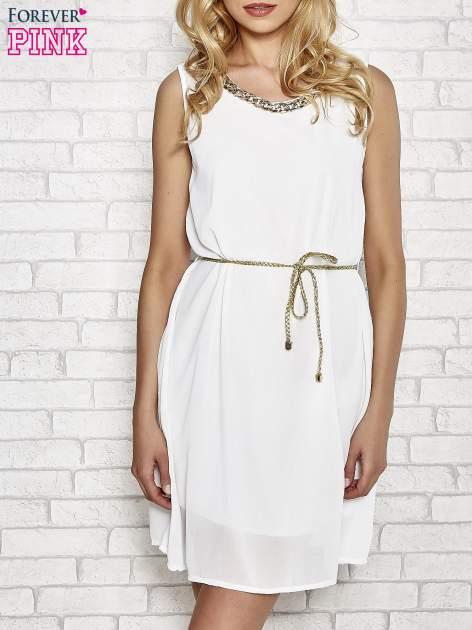 Biała sukienka ze złotym łańcuszkiem przy dekolcie                                  zdj.                                  1