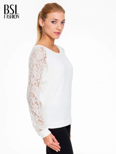 Biała swetrowa bluza z koronkowymi rękawami i rozcięciem na plecach                                  zdj.                                  3