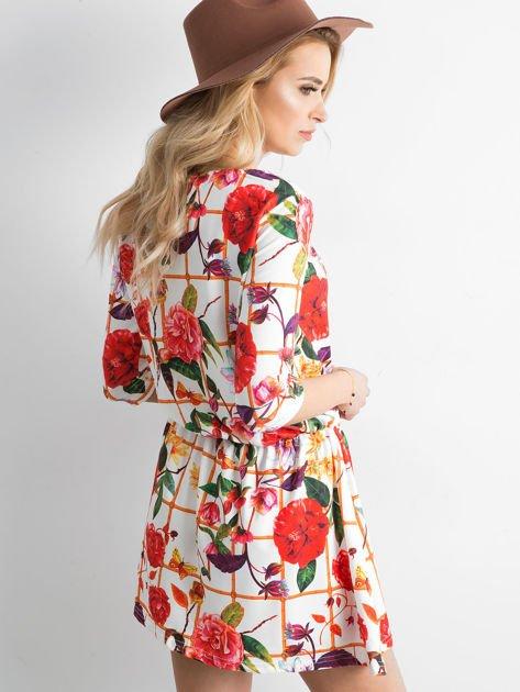 Biała wzorzysta sukienka z motywem kratki                                zdj.                              2