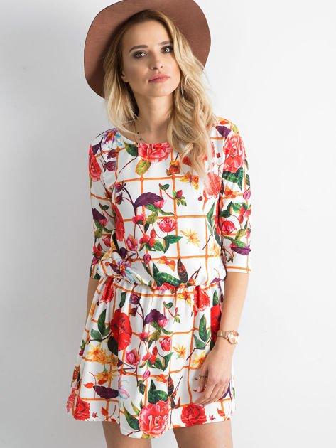 Biała wzorzysta sukienka z motywem kratki                                zdj.                              1