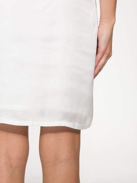 Biała zwiewna sukienka z nadrukiem kwiatowym                                  zdj.                                  7