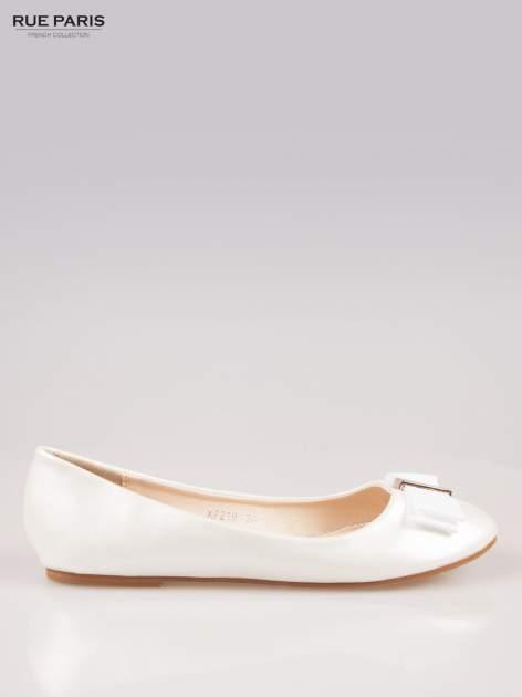 Białe błyszczące balerinki faux leather Melanie z kokardką                                  zdj.                                  1