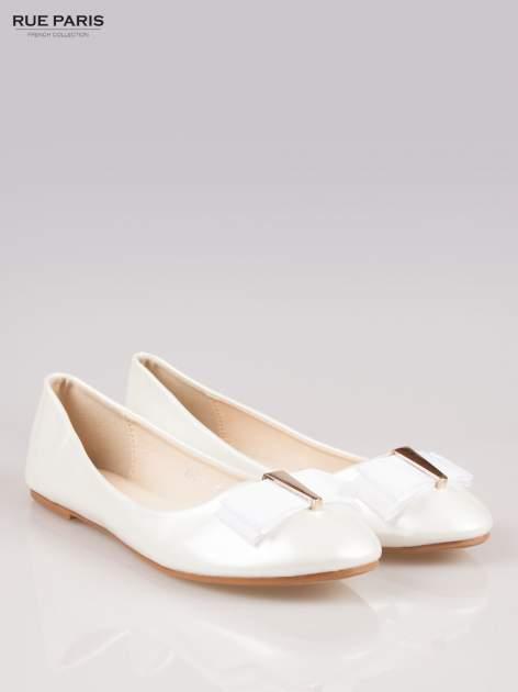 Białe błyszczące balerinki faux leather Melanie z kokardką                                  zdj.                                  2