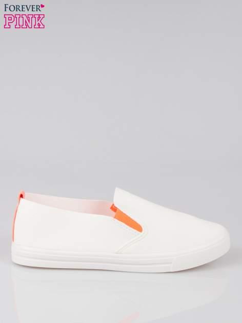 Białe buty slip on z fluo gumką