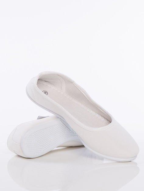 Białe gładkie materiałowe baleriny na białej podeszwie